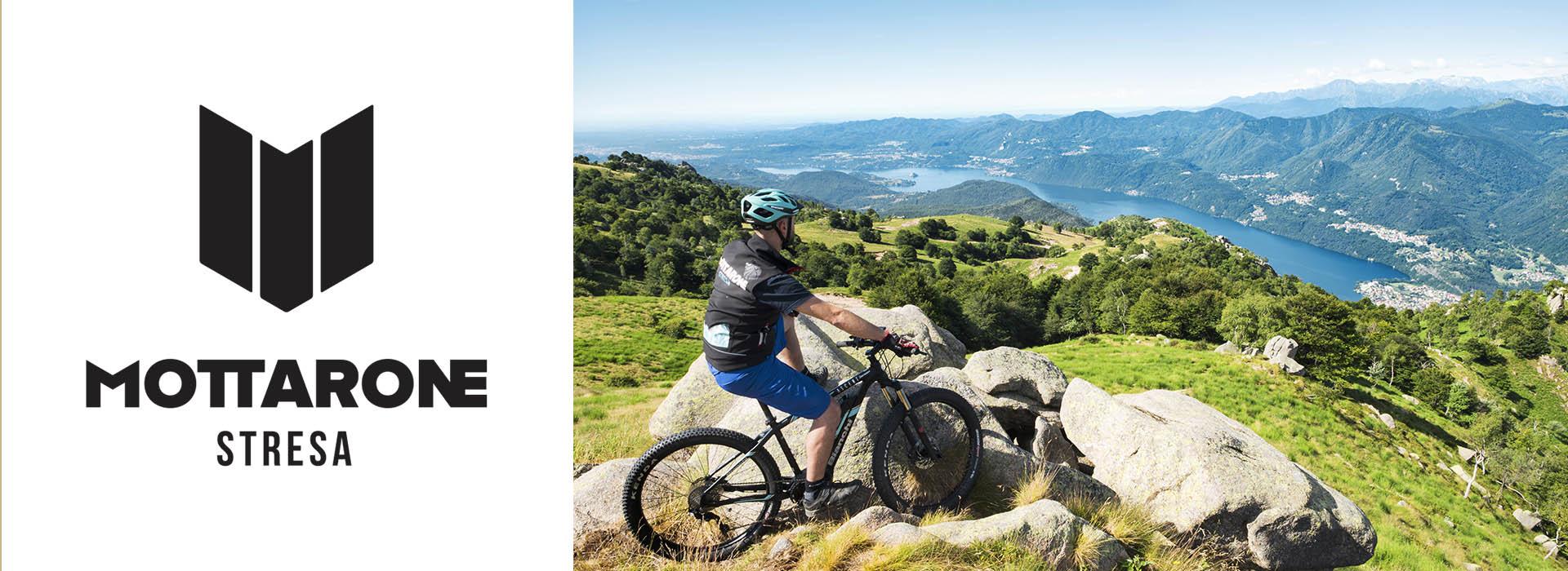 Uomo in mountain bike con panorama di montagna