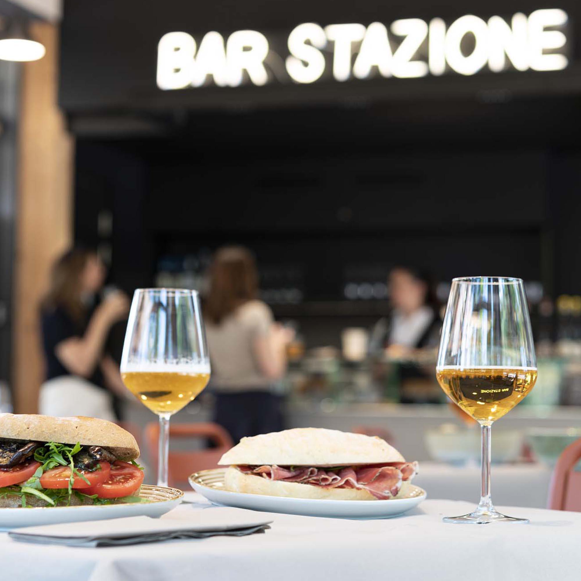 tavolo con panini al bar stazione