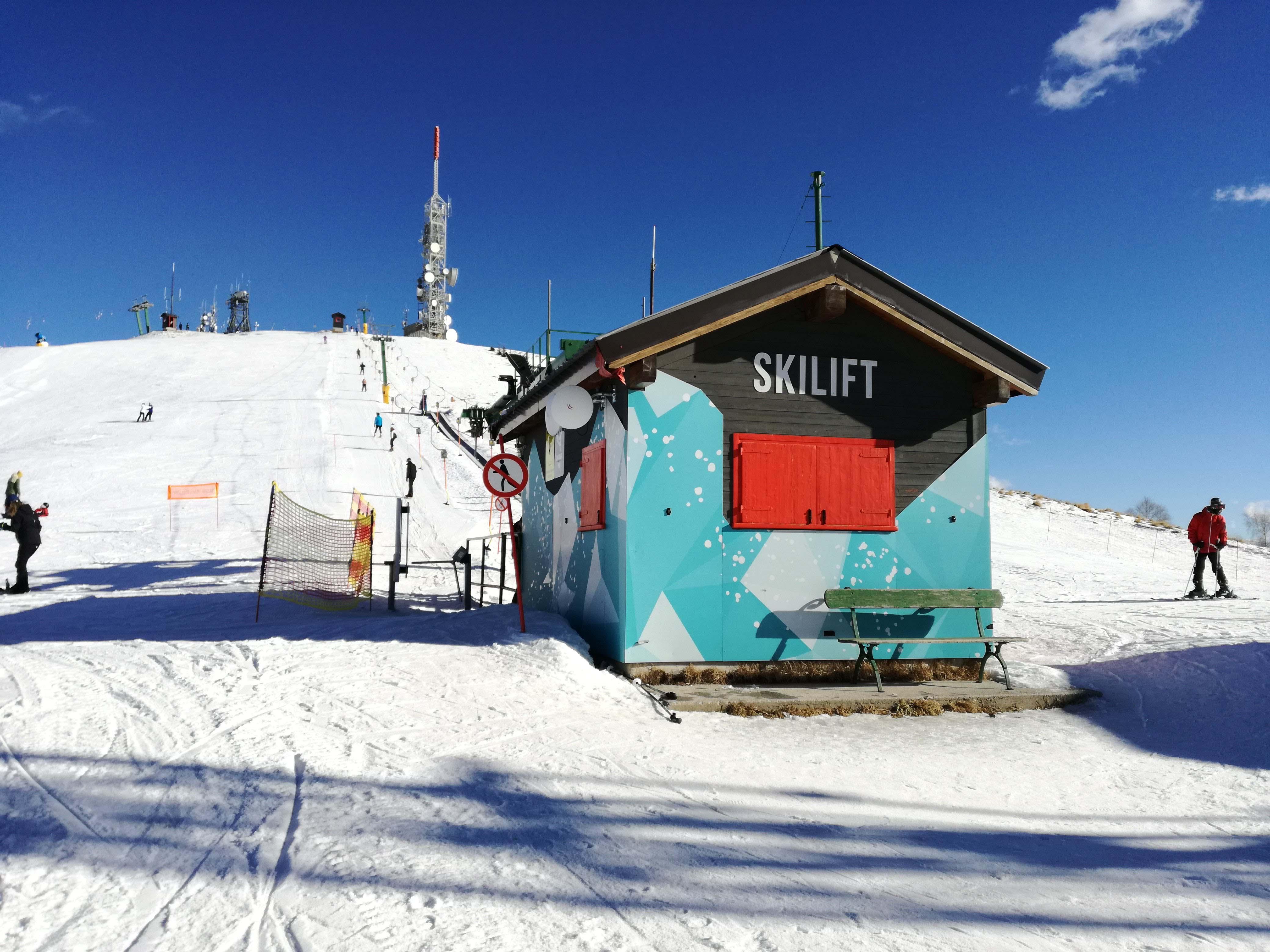 Pista da sci innevata con skilift