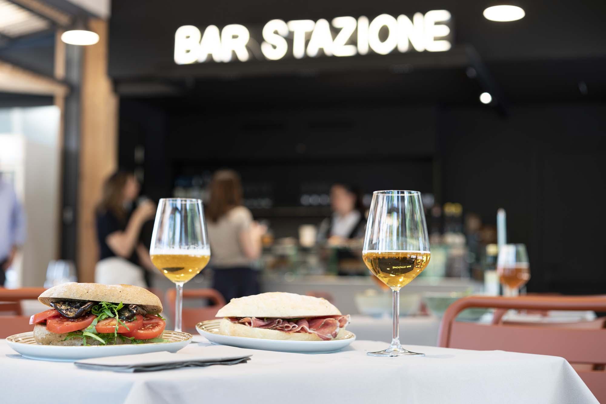 tavolo apparecchiato con panini e calici di vino al bar stazione Mottarone
