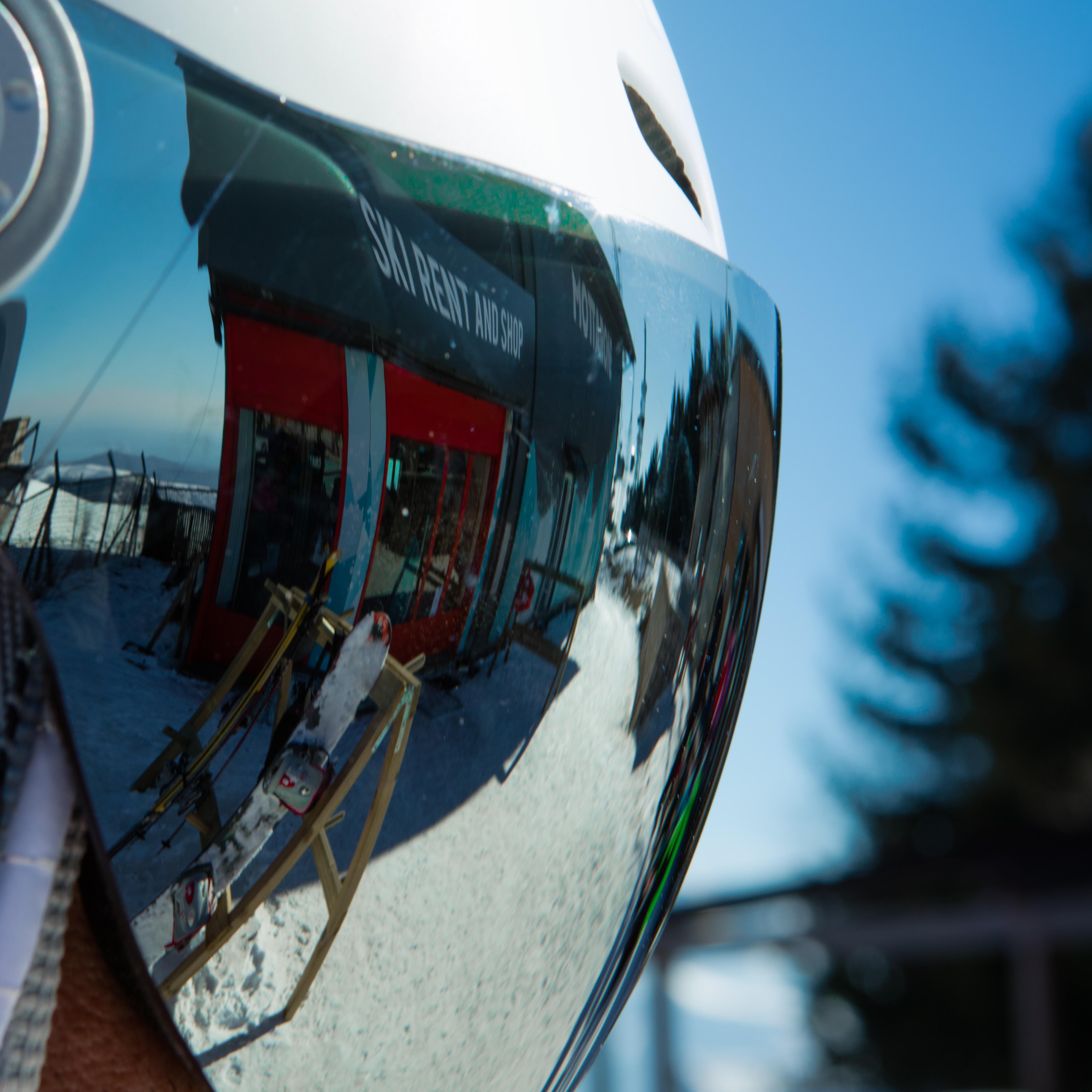 Casco con visiera che riflette piste da sci